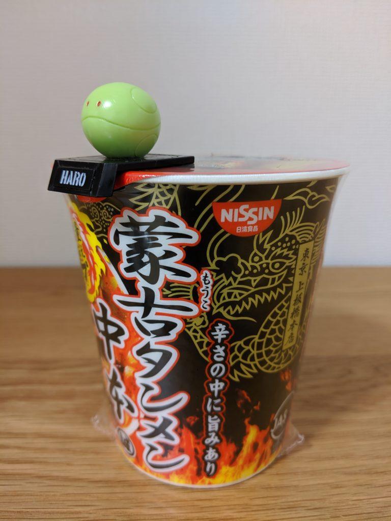 フタ留めフィギュアと蒙古タンメン中本のカップ麺