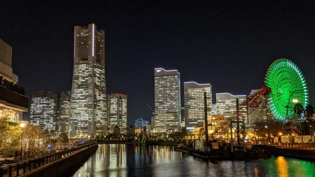 夜のランドマークタワーとクレーン船