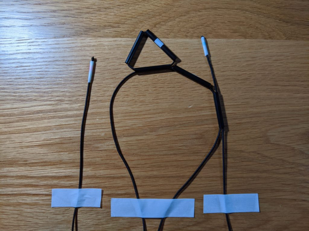 ジオデシックボールの最初の三角形を編む際のゴム紐を机に固定した様子